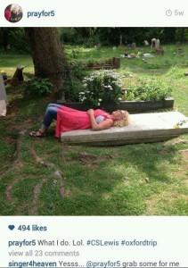 Beni Johnson couchée sur une tombe